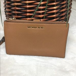 MICHAEL KORS ADELE PEBBLE LEATHER PHONE WRISTLET